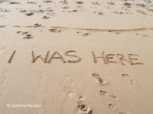 Rantahiekkaan kirjoitettu I was here.